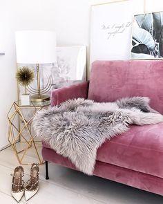 Velvet Dream! Glamourös, exotisch und ein Hauch von Retro - die Einrichtung mit dem rosa Samt-Sofa und den goldenen Akzenten. @fashionhippieloves