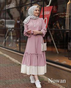 Abaya Style 690458186603997957 - Görüntünün olası içeriği: 1 kişi, ayakta Source by Street Hijab Fashion, Abaya Fashion, Muslim Fashion, Modest Fashion, Fashion Clothes, Fashion Dresses, Hijab Style Dress, Hijab Chic, Hijab Outfit