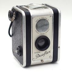 """Kodak Duaflex"" (UK) [The original Duaflex was introduced in and was manufactured both in America and in England. versions differed in appearance.]~[Photo by John Kratz] 120813 Antique Cameras, Old Cameras, Vintage Cameras, Kodak Camera, Film Camera, 35mm Film, Camera Candy, Digital Camera Lens, Very Nice Images"