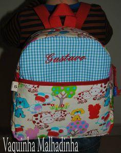 Mochila em tecido com bolso exterior e nome bordado