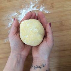 Recette basique de la pâte brisée : réalisation 5 mn, repos 30 mn : 200gr de farine 1/4 de c à c de sel 100 gr de beurre froid 1 œuf battu 1 c à c de jus de citron 2 c à s d'eau glacée Dans le bol du robot mettre la farine, le sel et le beurre coupé en...