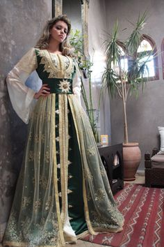 Green and gold kaftan - caftan Arab Fashion, Islamic Fashion, Ethnic Fashion, Kaftan Designs, Moroccan Kaftan Dress, Caftan Dress, Arabic Dress, Fantasy Dress, Traditional Outfits