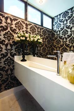 Banheiro moderno com papel de parede ao fundo.   https://www.homify.com.br/livros_de_ideias/24307/marmore-para-cozinhas-e-banheiros