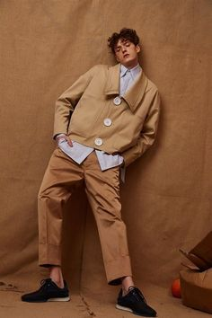 backdrop, i have a bunch of brown paper from moving we could make into graphic background with brown outfit. Fashion Poses, Fashion Shoot, Look Fashion, Editorial Fashion, Mens Fashion, Fashion Design, Brown Outfit, Annie Leibovitz, Korean Fashion Trends