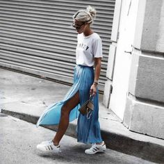 Autumn is the time for clothes with more coverage. With that being said, you should be thinking about swapping your mini skirts for cute maxi skirt outfits. Casual Summer Outfits, Stylish Outfits, Spring Outfits, Fashion Outfits, Cute Maxi Skirts, Pleated Skirt Outfit, Pleated Maxi, Mini Skirts, Maxis