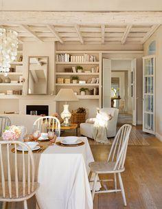 Salón comedor con chimenea y librería de obra. Sobre la mesa