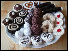 Háčkované cukroví Crochet Cake, Crochet Food, Knit Crochet, Easy Crochet Patterns, Amigurumi Patterns, Felt Play Food, Food Patterns, Crochet Animals, Diy For Kids