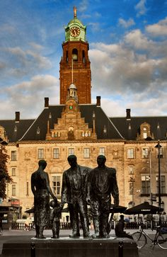 The statue  'Herrijzend Rotterdam' (Resurrecting Rotterdam) after WW II with on the background the town hall. (by: harry eppink)