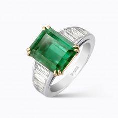 Sortija de oro blanco con esmeralda central talla princesa y brazos de diamantes blancos talla baguette - Nuestras Joyas - JOYAS