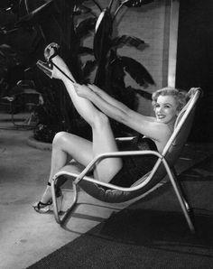 Image - 1951 / La belle année pour Marilyn / La Fox lui garantissait un salaire de 500 $ par semaine, qu'elle joua ou pas. Le studio se réservait le droit de reconduire le contrat l'année suivante, auquel cas son salaire s'élèverait à 750 $ par semaine. La troisième année, elle percevrait 1 250 $ par semaine, la quatrième année 1 500 $, la cinquième année 2 000 $ et 2 500 $ la sixième année. Si elle travaillait toujours pour la Fox en 1957, elle recevrait 3 500 $ par semaine. Une clause…