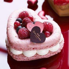 heart shaped macarons with fruit Cute Desserts, Delicious Desserts, Dessert Recipes, Yummy Food, Mini Cakes, Cupcake Cakes, French Macaroons, Pink Macaroons, French Pastries