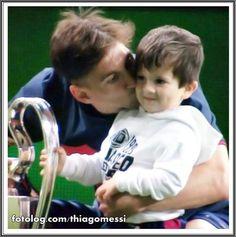 Amores da minha vida : Olá amigos,  Hoje eu venho postar mega feliz, o Barça venceu a Champions League e Titi esteve em campo com o papai. Titi estava com carinha de sono, pois o horário lá já era bem tarde, talvez estivesse até dormindo, mas se comportou direitinho, um amorzinho esse menino.  Bom domingo à todos | thiagomessi