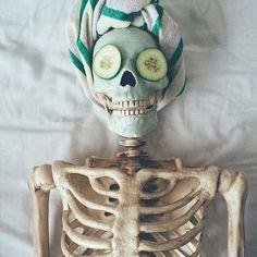 Ce squelette reproduit à la perfection toutes les photos instagram de votre copine (ou votre meilleure amie)