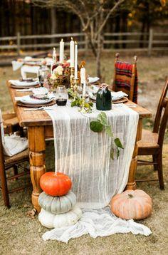 Ideen für eine Friendsgiving Dinner Party mit Herbst Dekoration und Rezepten
