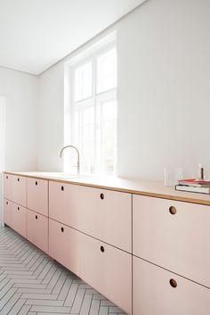 Cozinha armários rosa millennial com puxadores do tipo cava perfurada na madeira redondo.