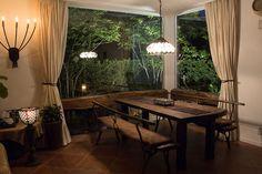 大きな窓から庭の眺めが絵のように広がるリビングダイニング。照明のやさしい灯りがくつろぎ感を醸し出しています。|インテリア|ダイニング|ナチュラル|コーディネート|デザイン|おしゃれ|テーブル|モダン|タイル|
