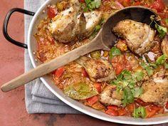 Geschmorter Reis mit Hähnchen mit roter Paprikaschote: Ein hoher Eiweißgehalt und die Vitamine des Edeleintopfs sorgen für den ganzen Körper.