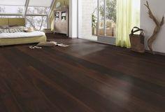 Klassischer dunkler Holzboden bei hellem Interieur. Natur-echte Parkettböden findet ihr bei planeo.de