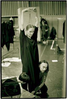 Yohji Yamamoto colaboró con Pina Bausch creando el vestuario para el 25º aniversario de la Compañía de Danza-Teatro de Wuppertal, en 1998.