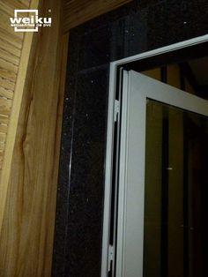 Porta acústica: esquadria de PVC e vidro laminado duplo. Vá ao site e conheça os diversos sistemas de portas e janelas com boa vedação.