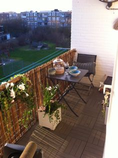 5 modi per coprire la ringhiera sul balcone per avere pi for Divanetto balcone