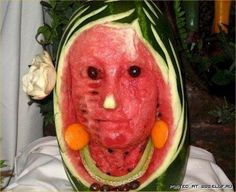 A Watermelon or a Real Face! Fruit never looked like such a strange, scary illusion! L'art Du Fruit, Fruit Art, Eat Fruit, Pumpkin Art, Pumpkin Carving, Scary Pumpkin, Watermelon Pics, Funny Vegetables, Creepy Food