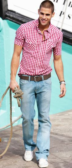 look: red plaid shirt + light blue jeans + leather belt + white sneakers