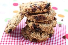 Oat & Banana Breakfast Cookies - My Fussy Eater Maybe replace raisins with dried blueberries and half of the chips with cocoa nibs? Banana Breakfast Cookie, Breakfast Cookie Recipe, Healthy Meals For Kids, Healthy Snacks, Healthy Recipes, Healthy Cookies, Two Ingredient Cookies, Oat And Raisin Cookies, Grab And Go Breakfast