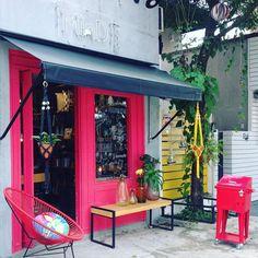 O sol saiu e nossas plantinhas e macramês também. Venham nos visitar nem nosso #guideshop na Vila ou levem todas essas lindezas pelo nosso site da bio 👆#vilamadalena #mindpocket #freedesign #designdeinteriores #macrames #hangit #gogreen