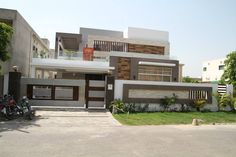 450 sq m kanal house)-Gourmet Homes Flat Roof House Designs, House Wall Design, Front Wall Design, Modern Exterior House Designs, Exterior Wall Design, House Outside Design, Modern House Design, Compound Wall Gate Design, My House Plans