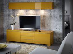 Ein Wohnzimmer mit Wandregal und TV-Bank mit Schubladen - alles in Hochglanz/gelb