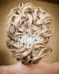 göndör esküvői frizurák - esküvői konty hullámos hajból