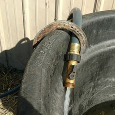 Tips and tricks to make barn chores easier. Hold a hose with an old horseshoe on the water trough Diy Horse, Horse Tips, Horse Stables, Horse Barns, Horse Water Trough, Farm Hacks, Horse Ranch, Farm Barn, Tallit