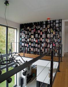 Biblioteka na antresoli z widokiem na lampę Rona Gilada, która nazywa się Dear Ingo