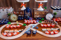 Eu adoro estas festas infantis com ares vintage e brinquedos educativos! A Kely Pinheiro da Bella Fiore (clique) criou uma mesa linda para comemorar o aniversário de 2 anos do seu filho com o tema trenzinho! Logo na frente dos bolos, um trenzinho de madeira era a grande estrela! Alias, é de comer com os …