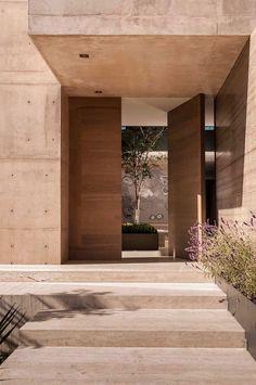 christian y claudio gantous arquitectos / casa m-l, méxico df Wood pivot doors front door modern