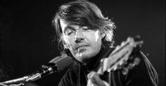 Il 18 Febbraio 1940 nasceva a Genova uno, se non il, più grande dei cantautori italiani, Fabrizio De Andrè. Morì nel gennaio del 1999, ma la sua musica tutt'ora rimane molto conosciuta e amata anche da chi non l'hai sentito dal vivo.