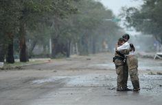 Fuerza Aérea de EE.UU. Pararescueman sargento. Lopaka Montes, asignado al 331o Grupo expedicionario del aire, recibe un abrazo de un residente durante las operaciones de búsqueda y rescate tras el huracán Ike en Galveston, Texas, 13 de septiembre de 2008