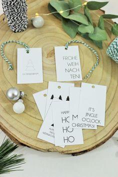 Mit dieser kostenlosen Vorlage für Geschenkanhänger ganz einfach Advents- und Weihnachtsgeschenke schön verpacken. Das kostenlose Printable dafür auf dem Blog runterladen, ausdrucken und mit Packpapier, Greenery-Zweigen wie Eukalyptus, Band, oder kleinen Weihnachtskugeln kombinieren! // gefunden auf www.partystories.de // #Advent #Weihnachten #Weihnachtsgeschenk #Geschenkverpackung #Geschenkeverpacken #Geschenkanhänger #Bastelvorlage #Printable #Freebie #skandistil #partystories… Advent, Place Cards, Place Card Holders, Christmas, Band, Xmas Presents, Diy Gift Tags, Christmas Card Greetings, Diy Christmas Cards