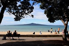 View of the beach at Mission Bay in Auckland, with Rangitoto Island in view. Mission Bay is the most accessible urban beach. South Pacific, Pacific Ocean, Auckland, New Zealand North, Mission Bay, State Of Arizona, Beach Photos, Beach Day, Seaside