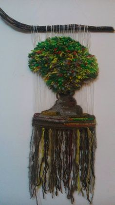 Mi 1er Arbolito... Weaving Wall Hanging, Weaving Art, Tapestry Weaving, Textiles, Plant Hanger, Dream Catcher, Macrame, Diy And Crafts, Tapestries