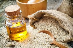 Other than being used as a flavor enhancing cooking oil, sesame oil has many beauty benefits too. Have you ever considered sesame oil for hair? Good Massage, Massage Oil, Healthy Oils, Healthy Cooking, Healthy Food, Benefits Of Sesame Seeds, Home Remedies, Natural Remedies, Maharishi Ayurveda
