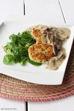 Reis-Plätzchen mit Pilzrahmsauce und Feldsalat