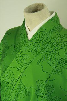 Green, tsukesage komon kimono / 街着として 緑地 線描きに刺繍を添えた葡萄柄 付下げ小紋