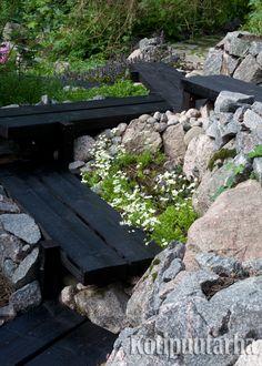 Pitkospuista syntyvä polku taipuu tarvittaessa myös portaiksi. www.kotipuutarha.fi