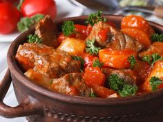 pomme de terre, mouton, oignon, ail, concentré de tomate, bouillon de volaille, paprika, basilic, maïzena