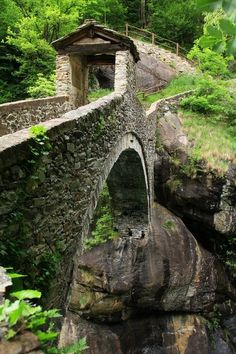 Medieval Bridge, Perloz, Valle d'Aosta, Italia Places To Travel, Places To See, Travel Destinations, Places Around The World, Around The Worlds, Old Bridges, Covered Bridges, Belle Photo, Paths