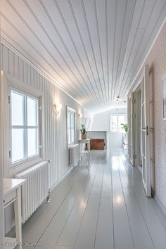 Paneeliseinät ja lankkulattia Boat Interior, Home Fashion, Interior Architecture, Beach House, Stairs, Cottage, Flooring, Country, House Styles