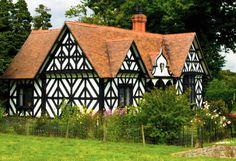 Красивый пестрый дом в французском стиле с узорами