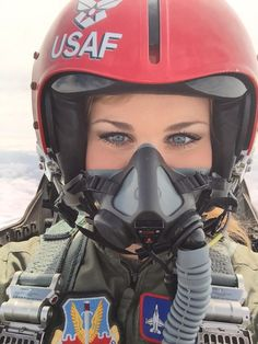 US Air Force Girl wearing Helmet and Oxygen Mask Female Fighter, Fighter Pilot, Fighter Jets, Air Fighter, Female Pilot, Female Soldier, Army Soldier, Military Pictures, Military Women
